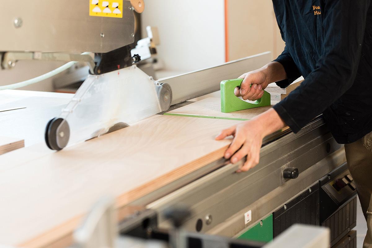 Tischlerarbeiten in Steinhagen, Mitarbeiter in der Werkstatt bei der Arbeit