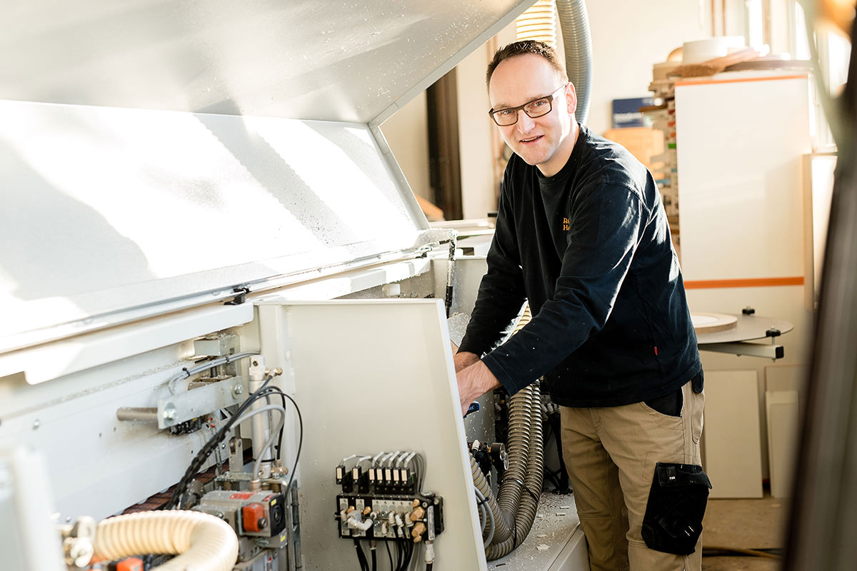 Tischlerei Hagemeier, Ralf Hagemeier in der Werkstatt, Maschine