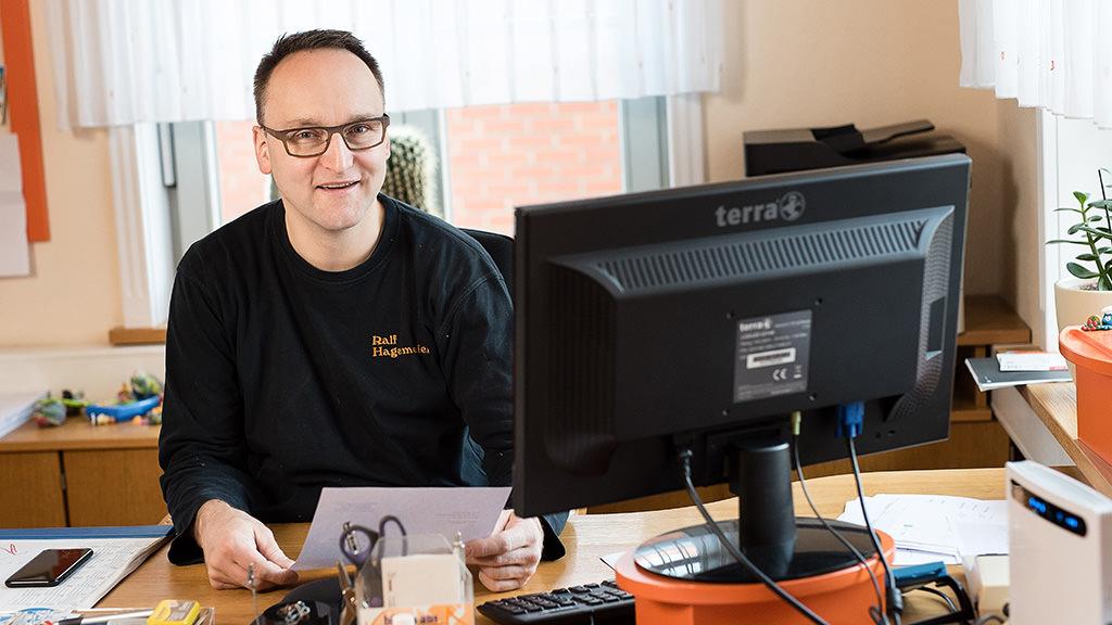 Tischlerei Hagemeier in Steinhagen, Ralf Hagemeier im Büro