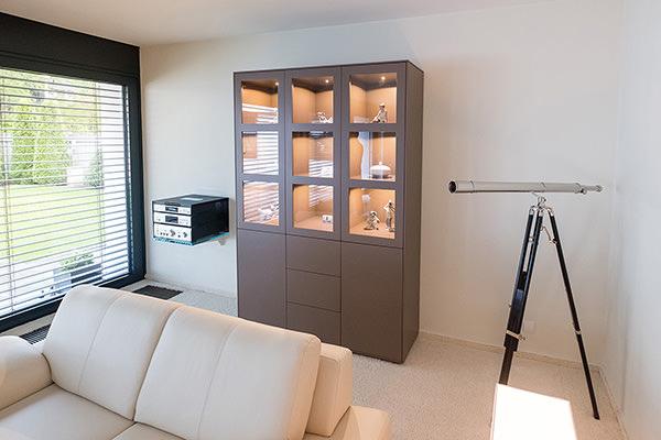 Anfertigung von Einbaumöbeln in Steinhagen, Vitrinenschränke mit LED-Beleuchtung und dazu passender Anrichte